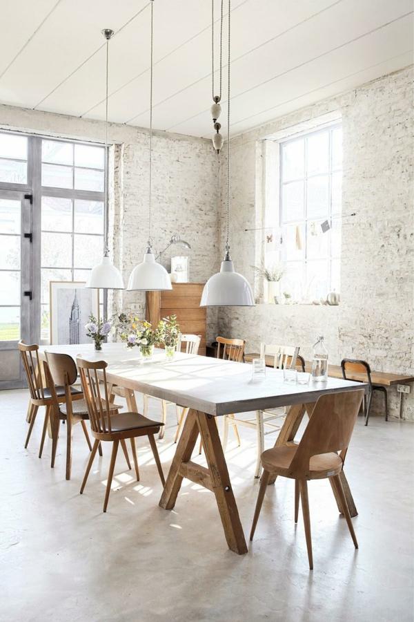 Salle à manger minimaliste aux meubles de bois brut