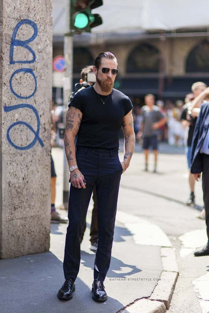 tendance mode homme street style t-shirt noir pantalon noir moderne