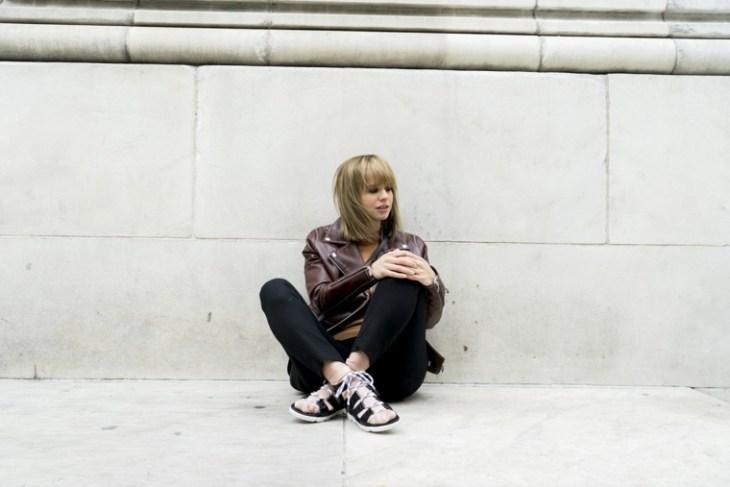veste en cuir femme printemps tendance idée sandales femme