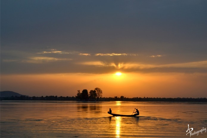 shikara at sunset dal lake