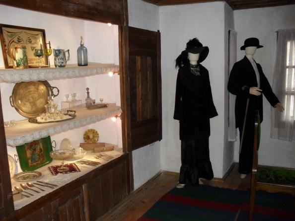 Юклюците са ниши в стените, където са показани използваните в периода прибори и съдове за хранене.
