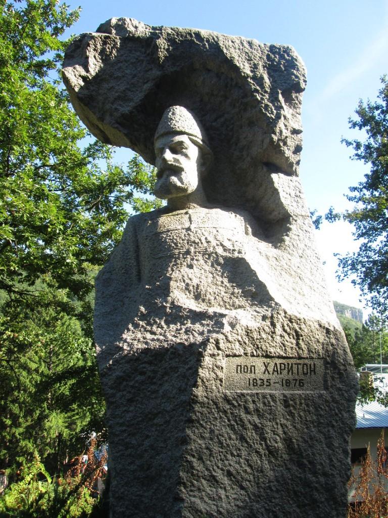 Поп Харитон - паметник 2