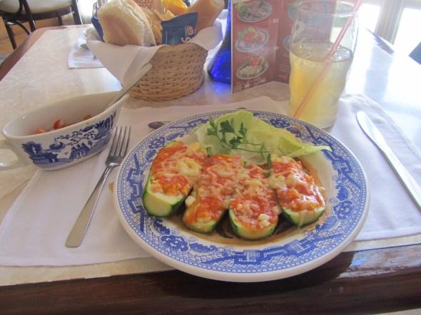Comiendo en Sanborns en su típica vajilla estilo talavera.