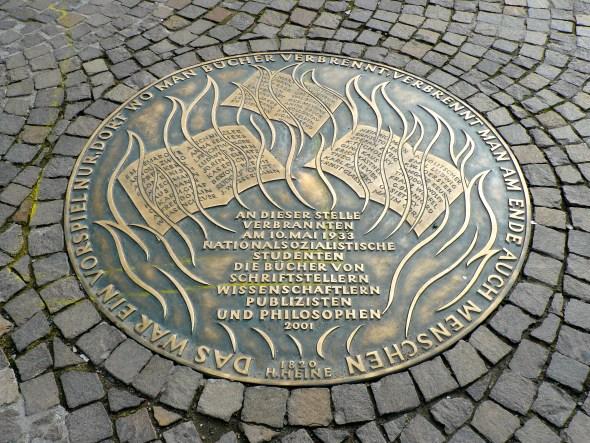 Placa conmemorativa por la quema de libros de 1933.
