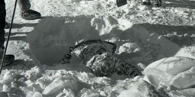 Resturile lui Rustem Slobodim descoprite în zăpadă de autorităţile sovietice. Sursa Wikipedia