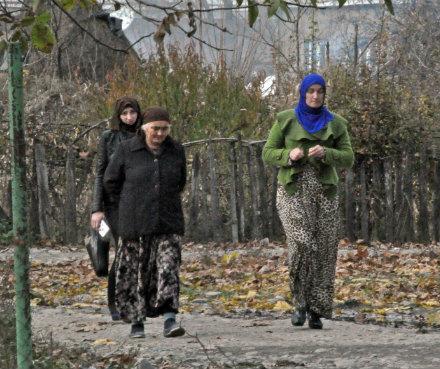 women_on_street_pankisi