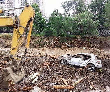 destroyed_car_flood