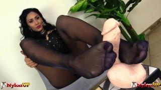 Mistress Alexya in collant fa una sega con i piedi