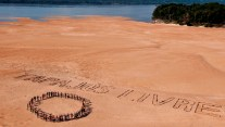 Muduruku indigenous peoples protest against the construction of the hydroelectric plant at Tapajós (image:  Greenpeace  Brasil).