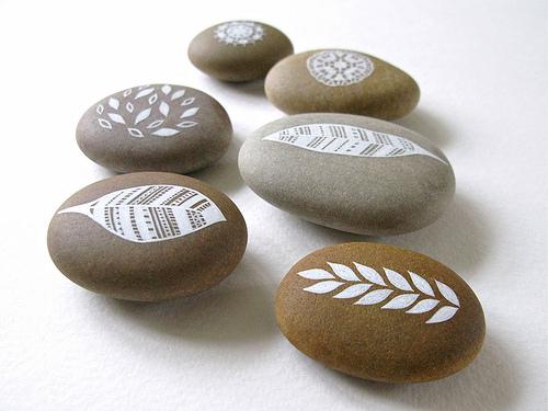 Creatividad con piedras 50 ideas y tutoriales diario for Decoracion de canteros con piedras
