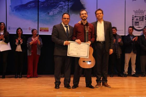 SEGUNDO PREMIO ANDRES SEGOVIA Y GUITARRA AL RUMANO MIRCEA GOGONCEA DE MANOS DE TTE ALCALDE LA HERRADURA 17