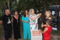 ALCALDESA ALMUÑECAR PONE MEDALLA CIUDAD A VIUDA CAMARON 17