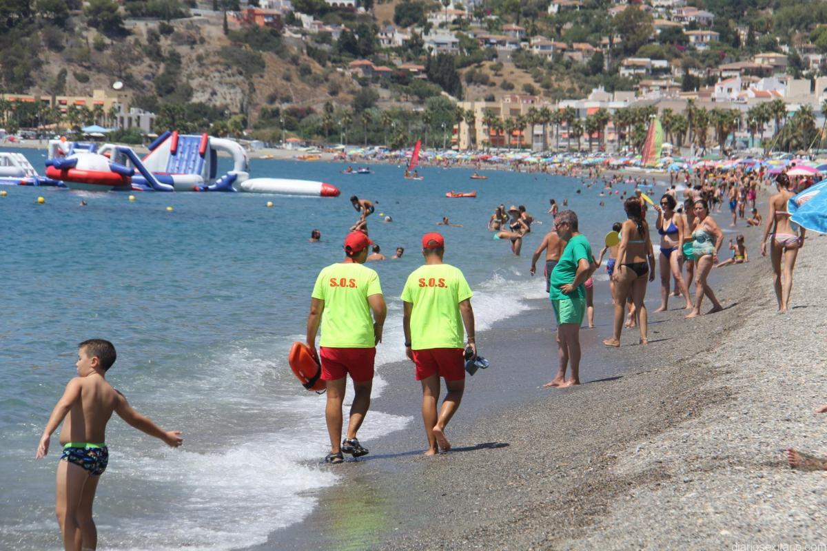 Socorristas y Servicio de Urgencias de Almuñécar consiguen reanimar a un bañista que entró en parada cardíaca en playa de La Herradura