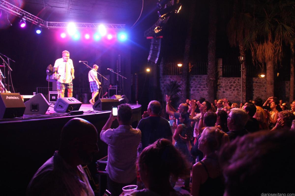 """Los Toreros Muertos puso a bailar al público en Almuñécar con un gran """"chou"""" en parque El Majuelo"""