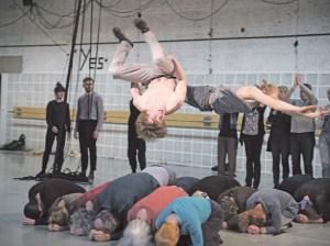 Sprungakrobatik während eines Probendurchlaufs. Foto Wonge Bergmann