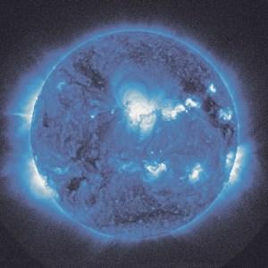 Die Kosmologie und Katharina Sieverding: Looking at the Sun at Midnight SDO/NASA (Blue), 2010–2015. © Katharina Sieverding, Foto © Klaus Mettig, Bildrecht Wien, 2017