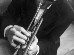 Bastian Dulisch spielt Trompete und Blanguernon. Foto Gerhard Willert