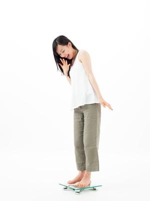 体重計の乗る女の子