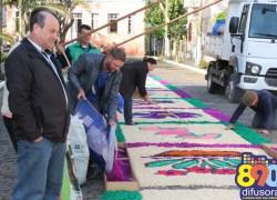 Tapetes de Corpus Christi são confeccionados em Santa Tereza
