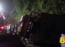 Caminhão tomba e caroneiro morre na BR-470 na Serra das Antas em Bento