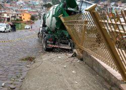 Acidente com caminhão ocasiona falta de energia e danos no bairro Vila Nova , em Bento