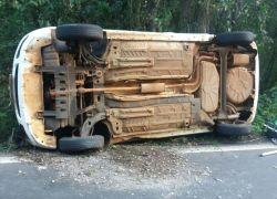 Carro tomba após colisão com caminhão na BR-470 em Veranópolis