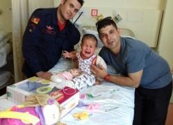 Já no quarto, pequena Eloá recebe visita de bombeiros que a salvaram após acidente na ERS-431 em Bento