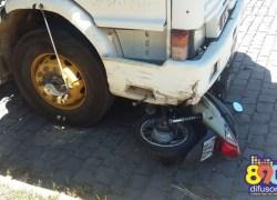 Carreta colide contra moto estacionada no Botafogo em Bento