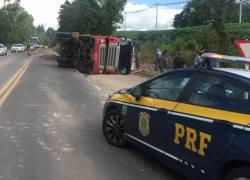Caminhão tomba na BR-470 em Veranópolis