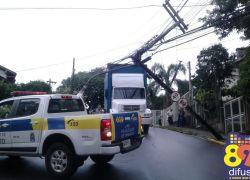 Caminhão atinge fios de energia e afeta bairro Humaitá em Bento