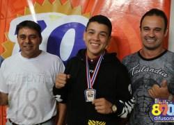 Jovem campeão mundial de Muay Thai visita Rádio Difusora