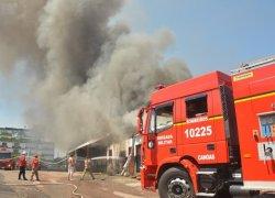 Incêndio de grandes proporções atinge fábrica de pneus em Canoas