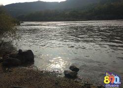 Corpo encontrado no Rio Taquari, em Santa Tereza, é removido ainda sem identificação