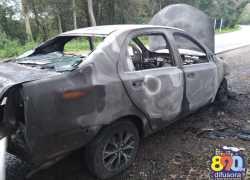Automóvel pega fogo após pane na BR-470 em Bento