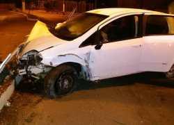 Veículo atinge poste e motorista fica ferido em acidente de trânsito em Bento