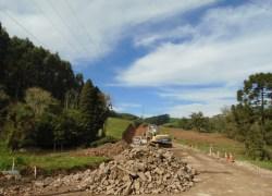 Obras de pavimentação asfáltica na Estrada Santa Luiza estão em andamento em Carlos Barbosa
