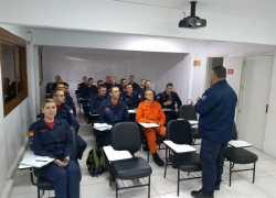 Alunos-bombeiros do novo curso de Habilitação e Aperfeiçoamento recebem as boas-vindas no CTBOM em Bento