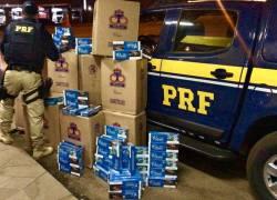 PRF apreende carga de cigarros contrabandeados em carreta de Bento, em Passo Fundo