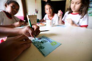 Brasília - Alunos da rede pública de ensino do DF realizam atividades de educação ambiental na Escola da Natureza.( Marcelo Camargo/Agência Brasil)