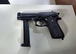 Homem é preso com réplica de arma de fogo no Vila Nova em Bento