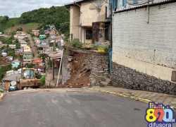 Queda de muro em residência no Vila Nova em Bento