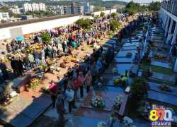 Fiéis participam da celebração de Finados no Cemitério Municipal Central em Bento