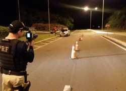 Operação Rodovida na BR-470 autua cinco por embriaguez e prende homem com galos de rinha