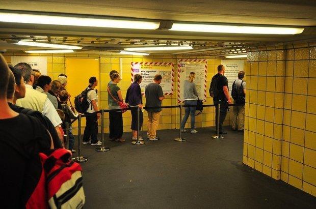 Schlange im U-Bahnhof Friedrichstraße