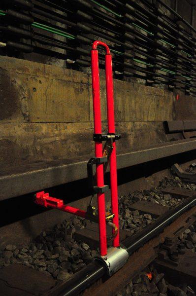 Eine Erdungsklemme auf den U-Bahn gleisen