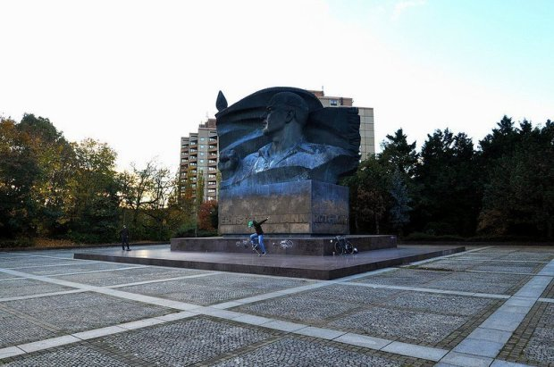 skaters at the ernst thälmann monument