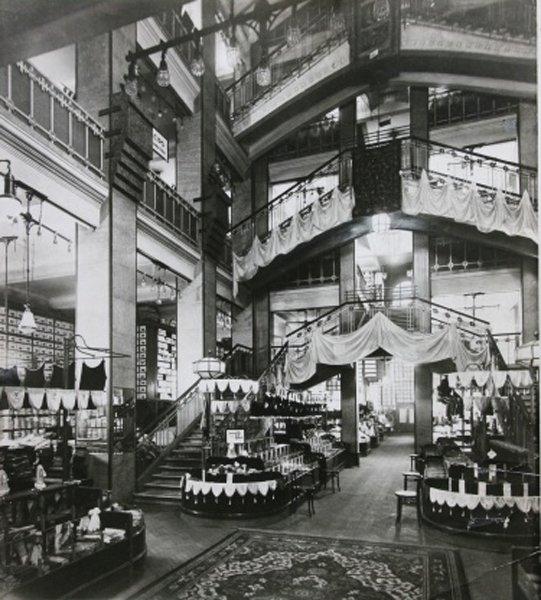 Foyer of the Párizsi Nagy Áruház in 1911 - photo via: epiteszforum.hu