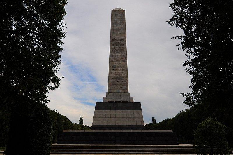 sowjetisches ehrenmal schoenholzer heide  obelisk