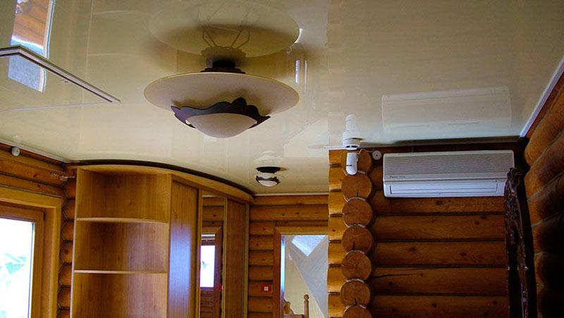 натяжной потолок доме из дерева