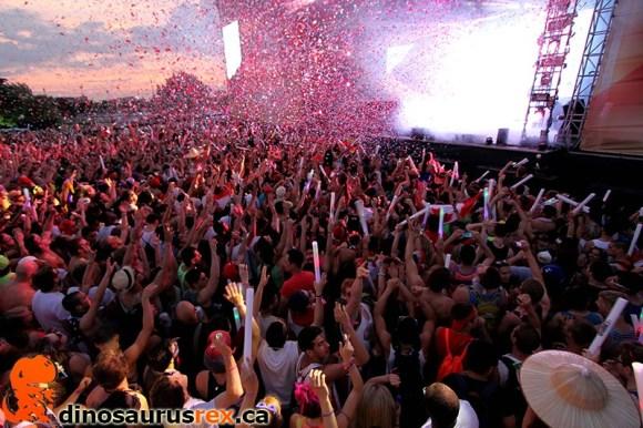 digital-dreams-2013-crowd-confetti